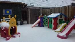 Het bleef sneeuwen... de kinderen weerden ingepakt. Klaar Om in de tuin van de sneeuw te genieten...