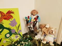 De aap en de beren genieten van de natuur