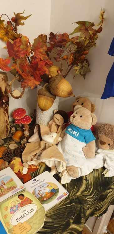 Kiki, de beer en aap mogen nooit ontbreken en zijn reeds herfstproef gekleed. Net buiten beeld, hangt hun herfstjasje al klaar. :-)